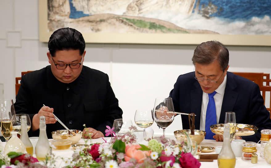 Лидер Северной Кореи Ким Чен Ын (слева) и президент Южной Кореи Мун Чже Ин едят лапшу во время банкета в приграничной деревне Пханмунджом в демилитаризованной зоне