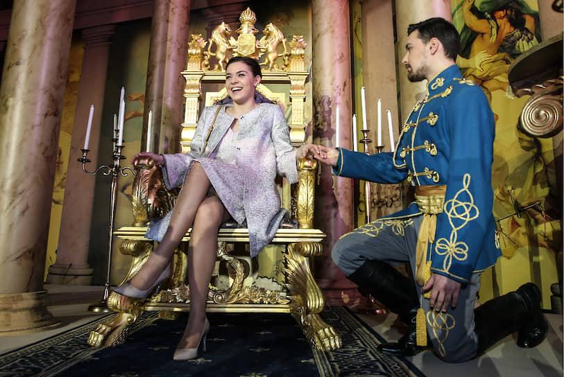 В том же 2014 году фигуристка стала заслуженным мастером спорта России. Сезон 2014/15 спортсменка пропустила из-за травмы ноги <br> На фото: Аделина Сотникова перед показом фильма «Золушка» в концертном зале «Барвиха Luxury Village»