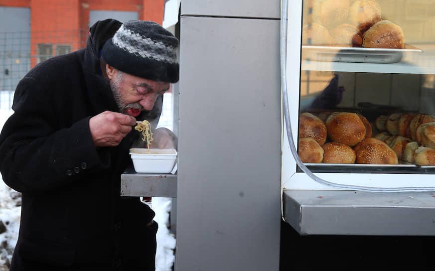 В России лапша быстрого приготовления появилась в начале 1990-х годов. Сейчас наиболее популярными в стране брендами являются российский «Роллтон» и корейский Doshirak (первоначально назывался Dosirak). По оценкам агентства Discovery Research Group, в 2018 году на лапшу быстрого приготовления пришлось больше трети всего объема продаж макаронных изделий в России (46,4 млрд из 120,2 млрд руб.)