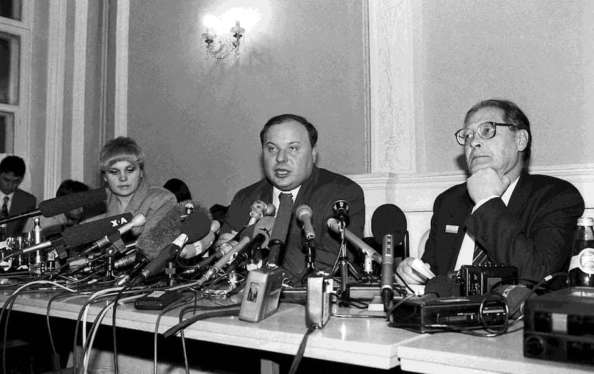 В 1990 году был избран народным депутатом РСФСР. 1-й Съезд народных депутатов выдвинул Ковалева в члены Верховного Совета, был председателем Комитета по правам человека