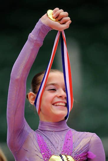 «Хочу выиграть все золото, какое только есть!» <br> Свой первый международный турнир, этап юниорской серии Гран-при 2010/11 в Австрии, фигуристка выиграла, опередив ближайшую соперницу, американку Кристину Гао, более чем на 10 баллов