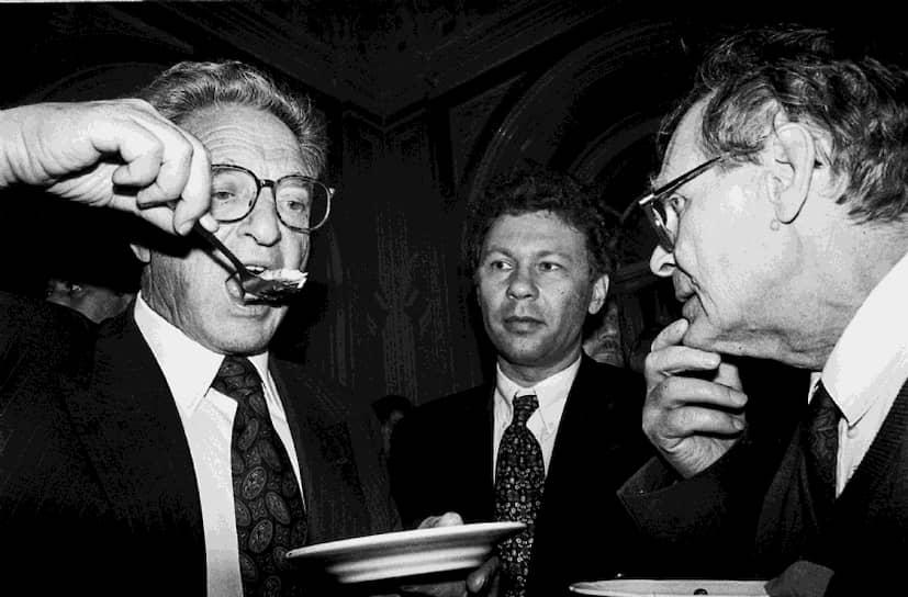 В 1987 году вернулся в Москву, участвовал в создании пресс-клуба «Гласность». До 1990 года работал инженером в Институте проблем передачи информации АН СССР. Был одним из создателей, а с 1990 года сопредседателем правозащитного общества «Мемориал»