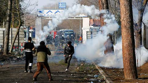 Беженцев остановили слезоточивым газом