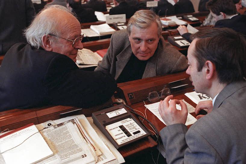 <b>Олег Басилашвили</b> (в центре)<br> Актер в 1995 году входил в состав регионального списка кандидатов в депутаты Госдумы от избирательного блока «Демократический выбор России — Объединенные демократы». Был членом партии «Союз правых сил», в 2016 году — доверенным лицом партии «Яблоко» на выборах в Госдуму