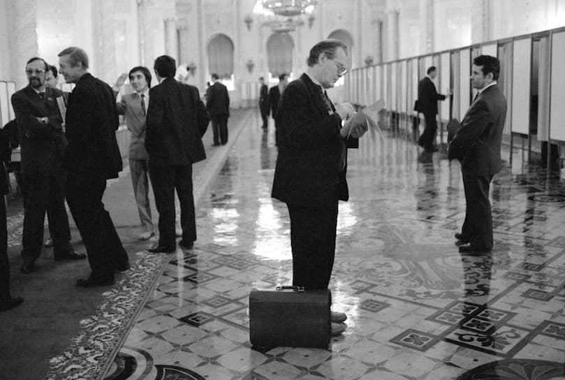 <b>Сергей Ковалев</b> (в центре)<br> В 1993 году выиграл выборы в Госдуму от партии «Выбор России», переизбирался в 1995 и 1999 годах. Был председателем комиссии  по правам человека при президенте, в 1994-1995 годах — уполномоченный по правам человека. В 2006 году вступил в партию «Яблоко». В 2018 году был доверенным лицом кандидата в президенты России Ксении Собчак