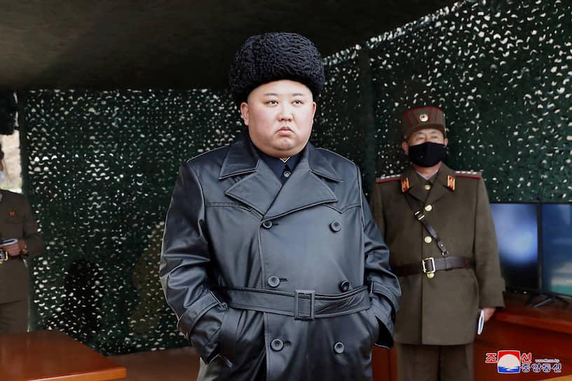 КНДР. Лидер Северной Кореи Ким Чен Ын на артиллерийских учениях
