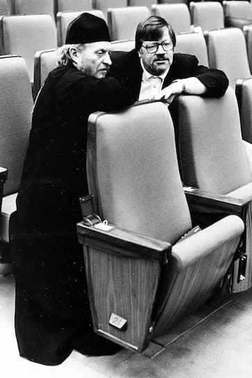 <b>Глеб Якунин</b> (слева)<br>   В 1993-1995 годах депутат Госдумы. За участие в выборах был лишен священнического сана и позже отлучен от церкви. В 1995 году стал одним из создателей Общественного комитета защиты свободы совести. Был членом Московской Хельсинской группы, занимался правозащитной деятельностью. Умер 25 декабря 2014 года