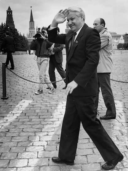 <b>Борис Ельцин</b><br>   12 июня 1991 года был избран президентом РСФСР (с декабря того же года — России). 21 сентября 1993 года подписал указ о роспуске съезда народных депутатов и Верховного совета. Переизбрался на должность президента в 1996 году, а в 1999 году объявил о своей отставке. Умер 23 апреля 2007 года