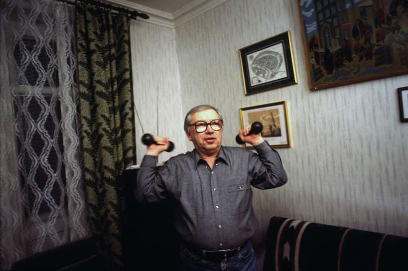 <b>Владимир Лукин</b><br>   В 1993 году был избран в Госдуму от блока «Яблоко», переизбирался в 1999 году. В 2004-2014 годах занимал должность уполномоченного по правам человека в России. С сентября 2016 года — член Совета федерации, зампред комитета по международным делам