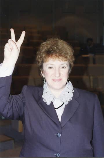 <b>Галина Старовойтова</b><br>   В 1993-1995 годах работала заведующей отделом в Институте экономических проблем переходного периода в Москве, преподавала в Гарвардском и Брауновском университетах США. В 1993-1998 годах была депутатом Госдумы. С апреля 1998 года — председатель партии «Демократическая Россия». Убита 20 ноября 1998 года