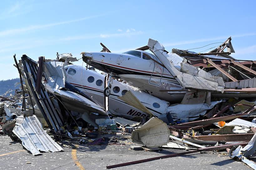 Нэшвилл, США. Самолет в аэропорту Джона К. Тьюна разрушен после торнадо