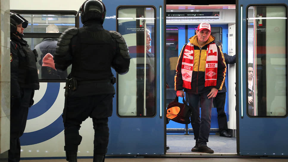 Болельщик «Спартака» в метро перед матчем с футбольным клубом ЦСКА