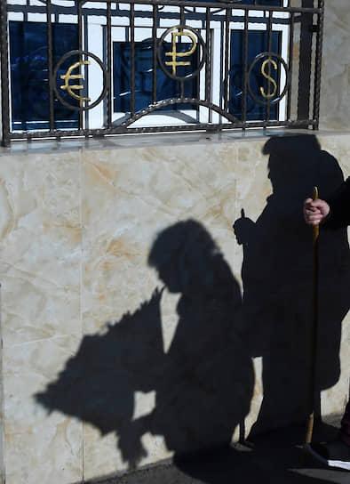 Ялта, Республика Крым, Россия. Тени людей на фоне стены