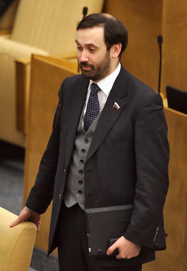 В марте 2014 года весь депутатский корпус Госдумы, за исключением Ильи Пономарева, проголосовал за ратификацию межгосударственного соглашения между Россией и Крымом, а также за закон о принятии в состав РФ Республики Крым и города Севастополь. В 2015 году он стал фигурантом дела о растрате, а в 2016-м его лишили полномочий депутата за прогулы