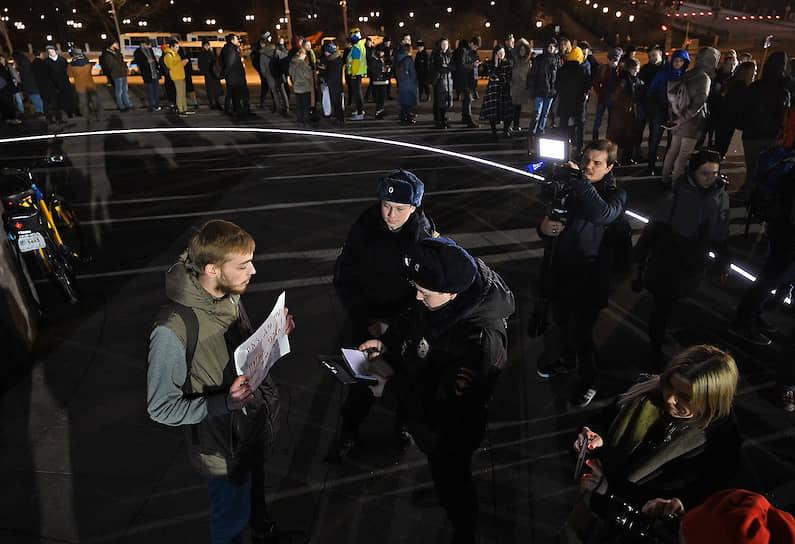 Полиция проверяет документы у участника пикета на Боровицкой площади