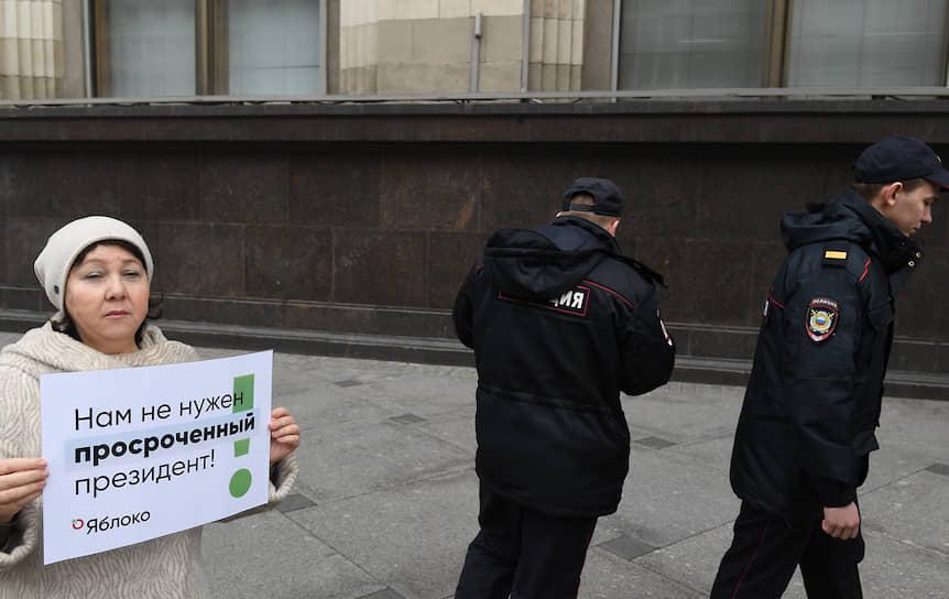 Поправки вступят в силу после всероссийского голосования, оно предварительно назначено на 22 апреля.<br> На фото: участница одиночного пикета у Госдумы