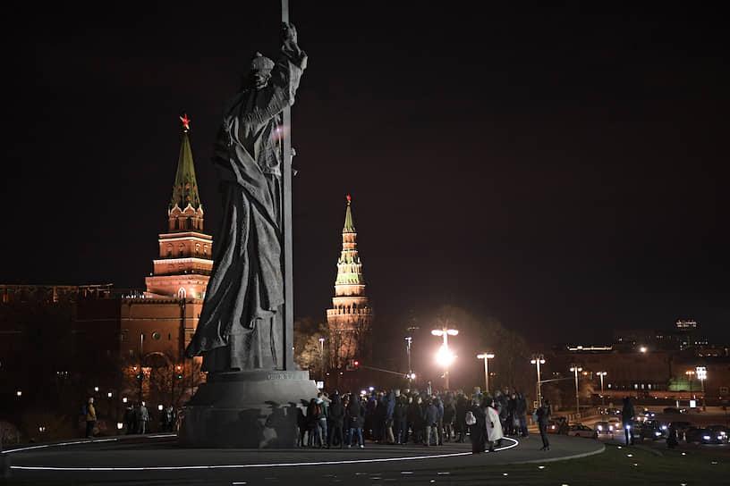 Участники одиночных пикетов на Боровицкой площади в Москве