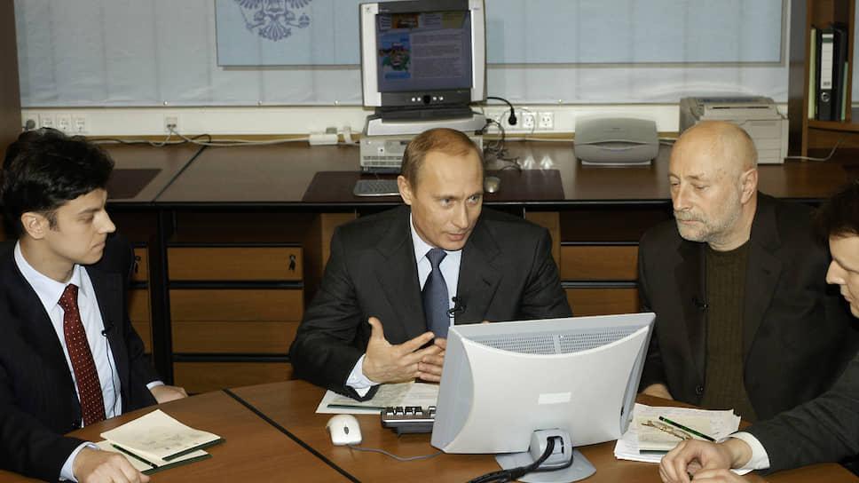 Президент России Владимир Путин (в центре) и писатель Григорий Остер (справа)  в январе 2004 года