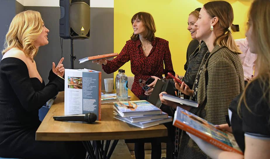 Блогер Наталья Давыдова (слева) на презентации своей книги рецептов «Здорово едим. Попробуй счастье на вкус» в магазине «Город сад»