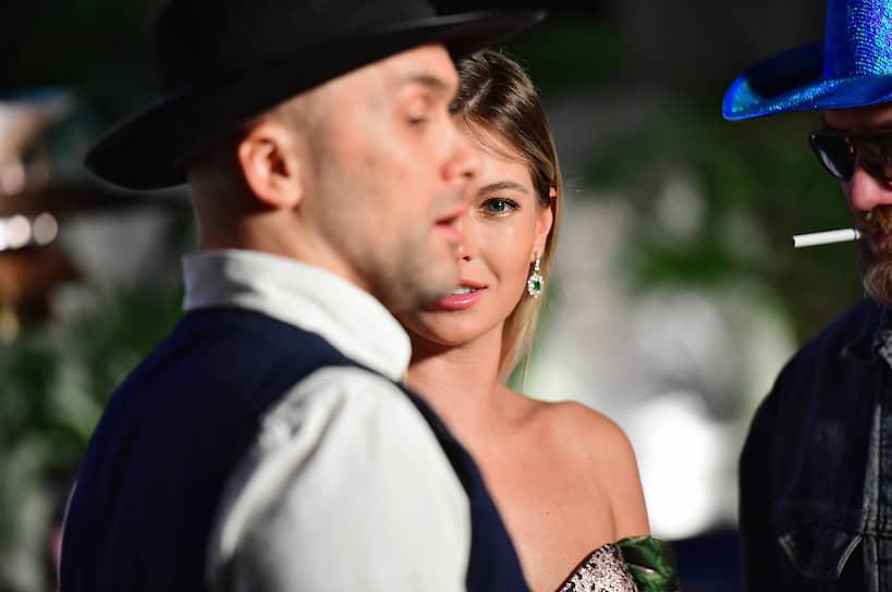 Телеведущий Иван Распопов (слева) и актриса Наталья Бардо на закрытом показе третьего сезона американского сериала «Мир Дикого запада» в ресторане «Восход»