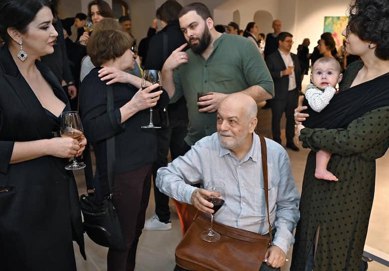 Художник Семен Файбисович (второй справа) на церемонии открытия своей выставки «Новый Мир» в галерее «ГУМ-Red-Line»