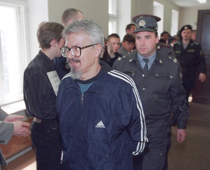 <b>«Тюрьма — это результат конфликта между писателем и обществом. Тюрьма — это результат экстремистской деятельности государства: когда нет аргументов, сажают в тюрьму»</b><br> 15 апреля 2003 года осужден на 4 года лишения свободы по обвинению в хранении оружия, освобожден условно-досрочно в июне того же года