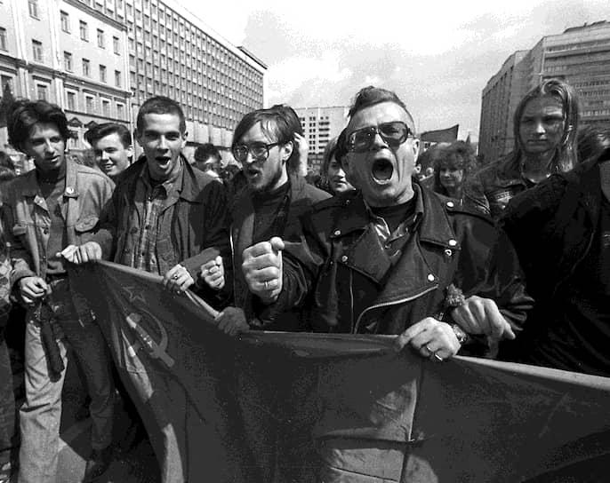 <b>«Нет ни левых, ни правых — есть Система и враги Системы»</b><br> В 1980 году Эдуард Лимонов перебрался во Францию, сблизился с руководством Французской коммунистической партии, писал для журнала «Revolution». В 1987 году получил французское гражданство