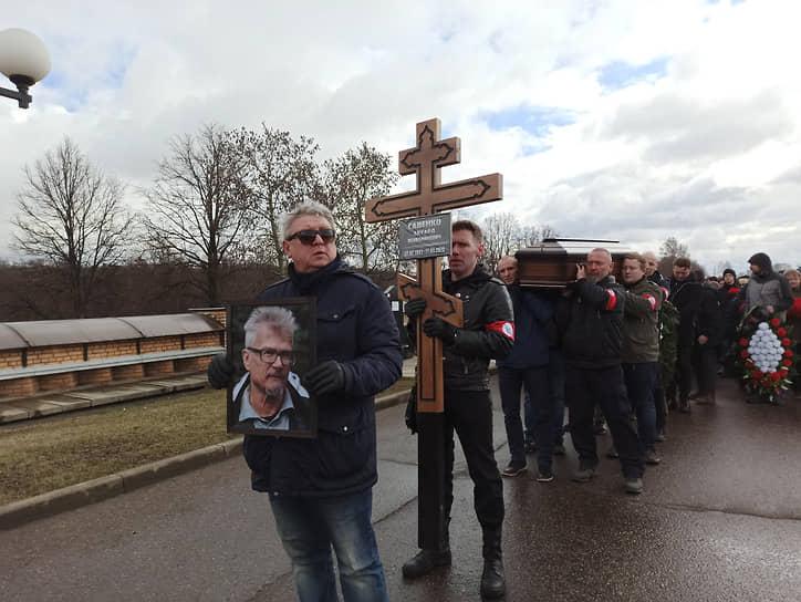 «Жизнь слишком серьезная штука, так я думаю»</b><br> Писатель похоронен на Троекуровском кладбище в Москве