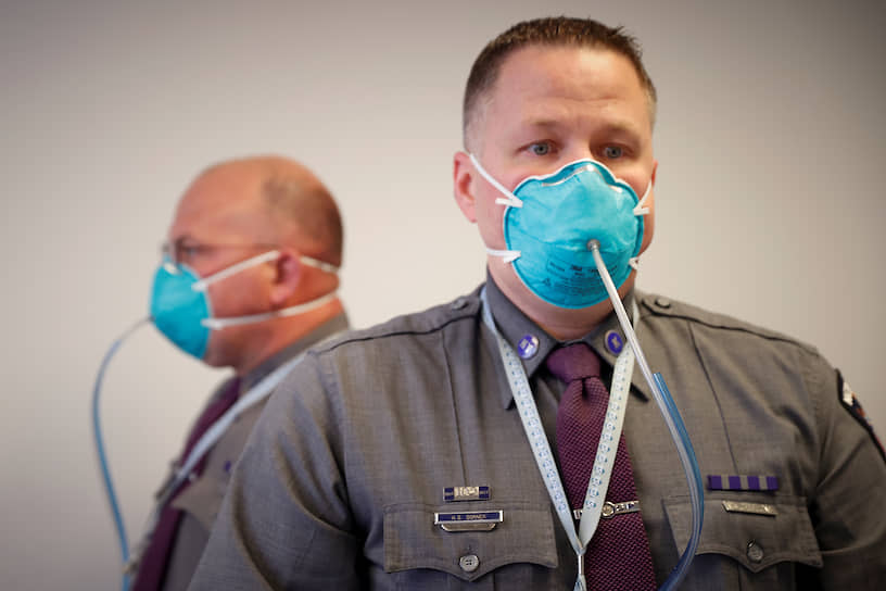 Нью-Йорк, США. Полицейские в медицинских масках