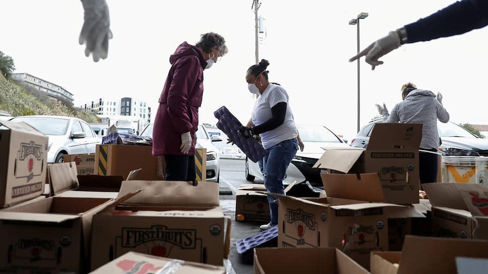 Сан-Франциско, США. Волонтеры сортируют яблоки
