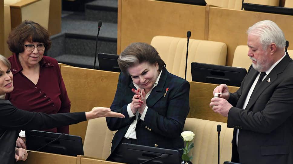 Депутат Госдумы Валентина Терешкова (в центре)