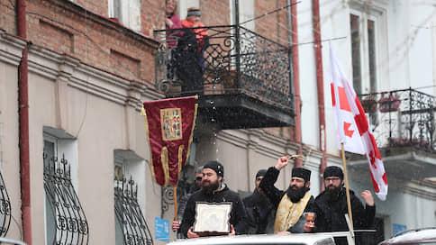 Коронавирус окропляют в Грузии святой водой  / На борьбу с эпидемией встали правительство республики и церковь