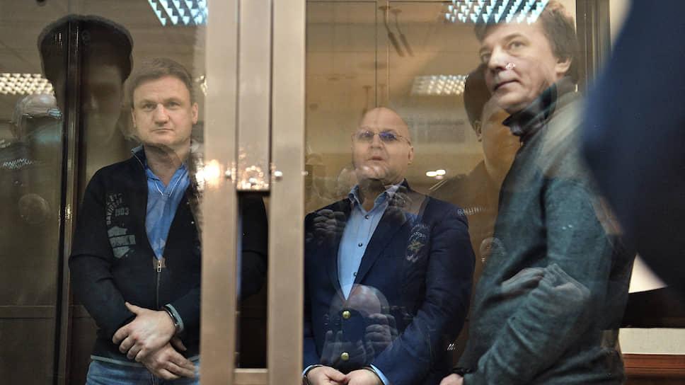 Слева направо: бывший руководитель управления СКР по Центральному округу Москвы Алексей Крамаренко и бывший глава московского управления СКР Александр Дрыманов