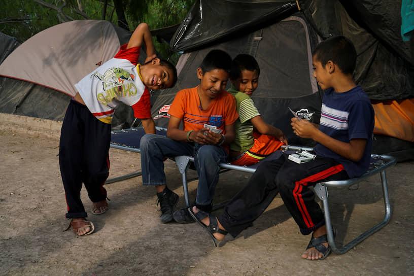 Дети играют в карты фото играть в онлайн в расписной покер