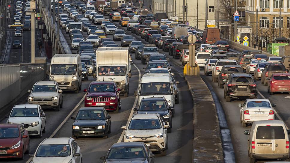 Коронавирус убил утренние пробки в Москве / Зато спровоцировал пробки по вечерам возле магазинов