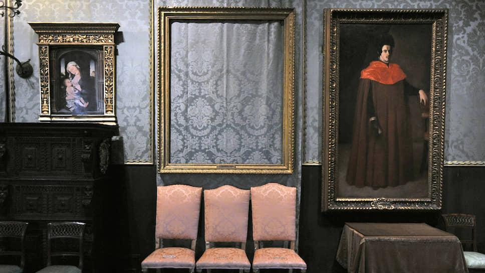 Изабелла Стюарт Гарднер, вдова крупного торговца и судовладельца Джона Лоуэлла Гарднера II, в 1903 году открыла в принадлежащем ей доме художественный музей, в котором было выставлена ее выдающаяся коллекция произведений искусства. В составе коллекции было более 2500 картин европейских художников, в том числе работы Рембрандта, Тициана, Веласкеса, Рафаэля, Мане, Боттичелли, Микеланджело. В 1924 году Изабелла Гарднер скончалась. В своем завещании она оставила $1,2 млн на продолжение работы музея