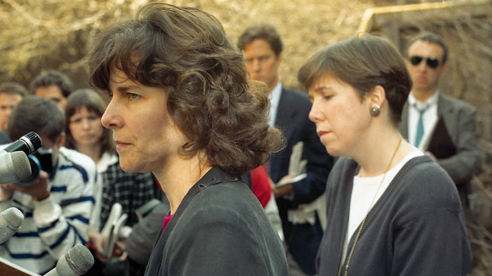 Энн Хоули (на фото слева) стала директором музея Изабеллы Стюарт Гарднер незадолго до ограбления и проработала на этом посту более четверти века, но так и не дождалась возвращения похищенных произведений искусства