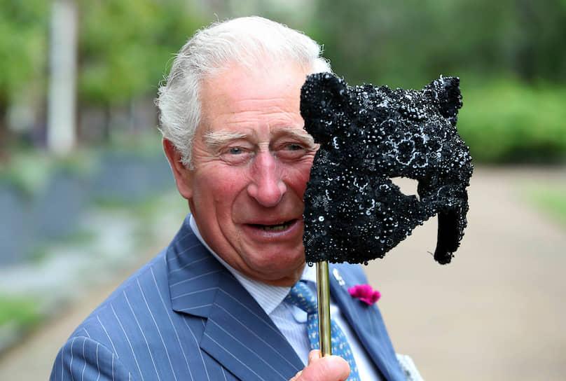 25 марта у британского наследного принца Чарльза обнаружили коронавирус. «Принц Уэльский сдал анализ на коронавирус, и он оказался положительным. У принца слабые симптомы заболевания, он сохраняет хорошее состояние здоровья и работает из дома, как делал это в последние несколько дней»,— сообщили в канцелярии британского королевского дворца, 30 марта вылечившийся принц Чарльз вышел из карантина