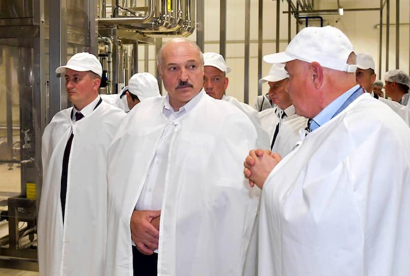 28 июля президент Белоруссии Александр Лукашенко (в центре) заявил, что перенес коронавирус «на ногах» и без проявления симптомов заболевания