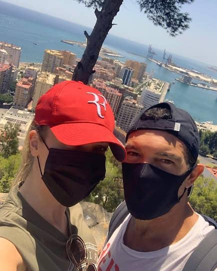 10 августа актер Антонио Бандерас (справа) сообщил, что заразился коронавирусом. 25 августа он вылечился от инфекции