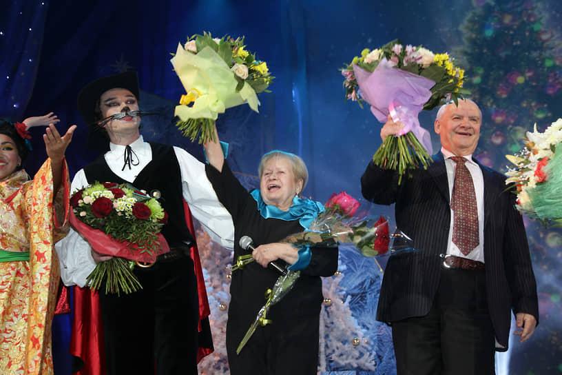 22 декабря композитор Александра Пахмутова (в центре) и ее супруг, поэт-песенник Николай Добронравов (справа) были госпитализированы с коронавирусом. 11 января стало известно, что их выписали из больницы