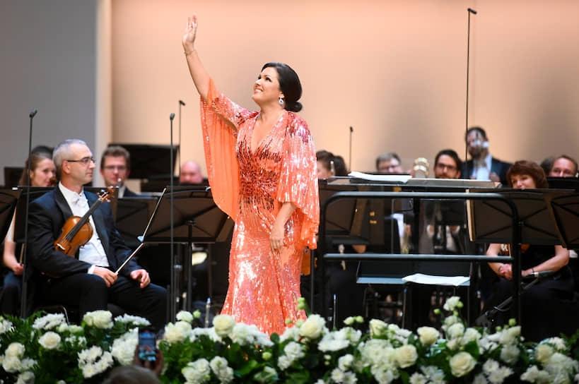 17 сентября оперная певица Анна Нетребко сообщила, что госпитализирована с пневмонией, вызванной коронавирусом, и уже пять дней находится в больнице. 23 сентября стало известно, что певицу выписали из клиники