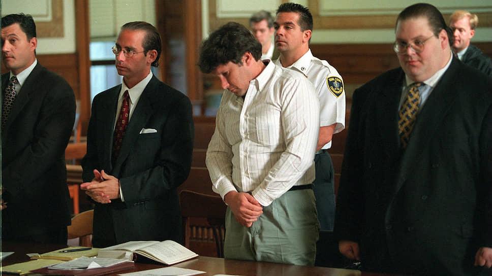 Уильям Янгворт (на фото — второй справа) неоднократно заявлял, что может помочь с возвращением похищенных из музея картин, но этого не произошло