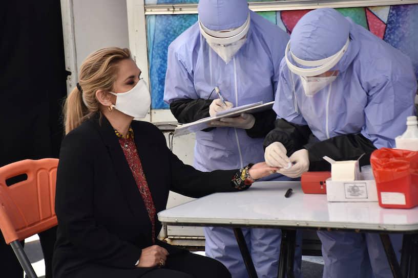 10 июля исполняющая обязанности президента Боливии Жанин Аньес сообщила в видеообращении в Twitter, что сдала тест на коронавирус, оказавшийся положительным. 28 июля госпожа Аньес заявила, что возвращается к работе после болезни