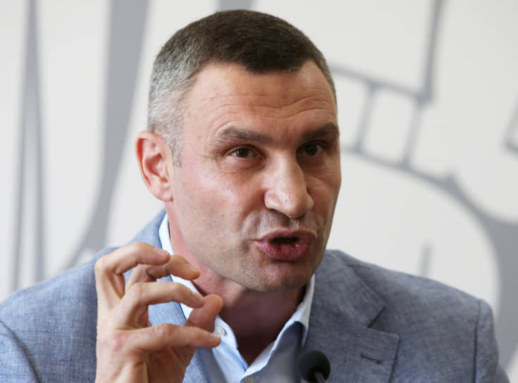 Мэр Киева Виталий Кличко 24 октября сообщил, что у него обнаружен COVID-19. «Друзья! Коронавирус подкрался в самый неподходящий момент. Сегодня получил положительный результат теста», — рассказал он и отметил, что чувствует себя хорошо. 4 ноября Кличко сообщил, что вылечился