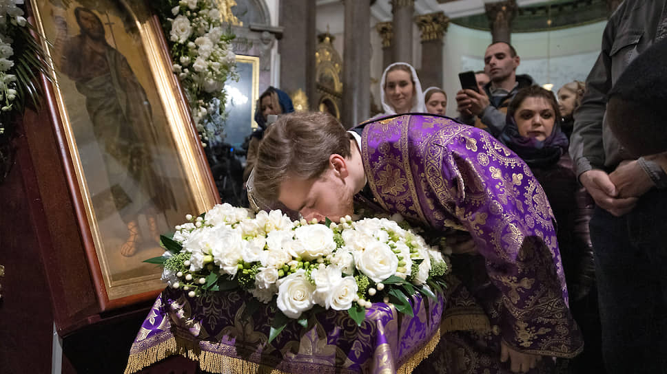 Поклонение частице мощей Иоанна Крестителя в Казанском соборе Санкт-Петербурга