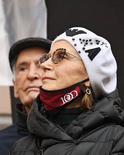 2 января стало известно, что с коронавирусом госпитализирован народный артист СССР Василий Лановой. Заболела также его супруга, народная артистка РСФСР Ирина Купченко. 28 января Василий Лановой умер