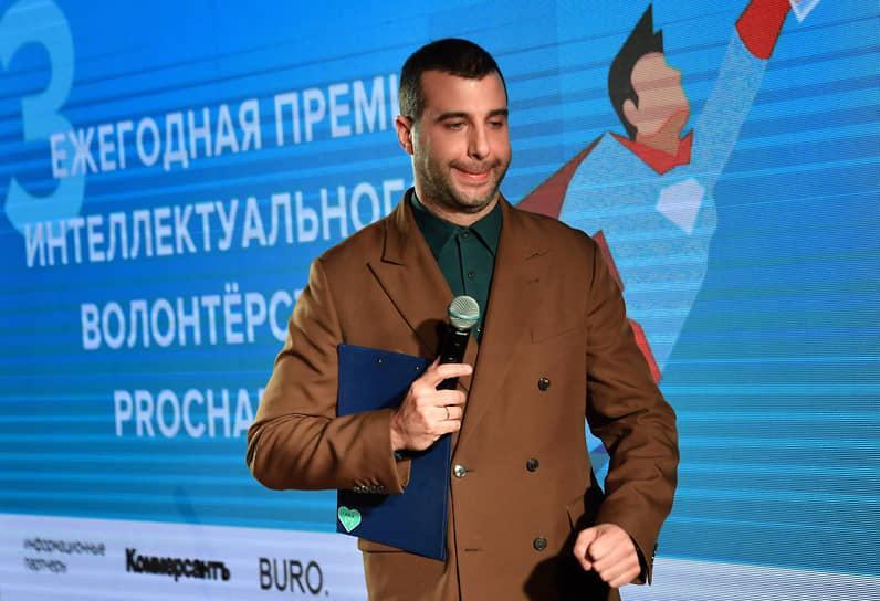 22 марта российский телеведущий и актер Иван Ургант сообщил, что заразился коронавирусом. «Проверка скорости Твиттера. У меня ковид. Конец связи»,— написал он на своей странице в Twitter