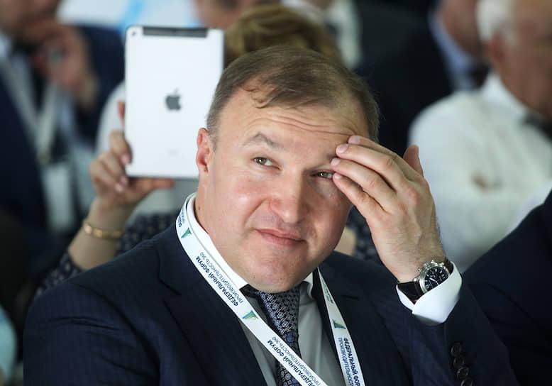 22 сентября глава Адыгеи Мурат Кумпилов сообщил на своей странице в Facebook о положительном результате теста на COVID-19. «Перешел на дистанционный режим работы. Чувствую себя неплохо, болезнь протекает в легкой форме», – рассказал господин Кумпилов