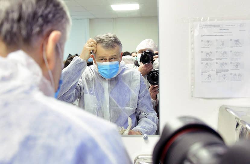 11 мая губернатор Ленинградской области Александр Дрозденко сообщил, что переболел коронавирусом. «Слабость была страшная, футболки по две-три штуки менял в день»,— сказал глава региона